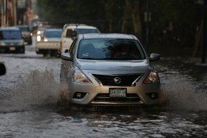 Lluvia deja inundado carril del libramiento poniente